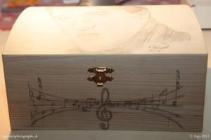 Portrait d'Elvis Presley dessiné sur un coffret en bois