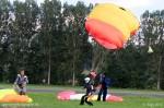 Un atterrissage tout en douceur pour ces parachutistes clôturant la Fête de l'Air
