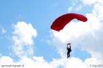 Une parachutiste, peu avant son atterrissage