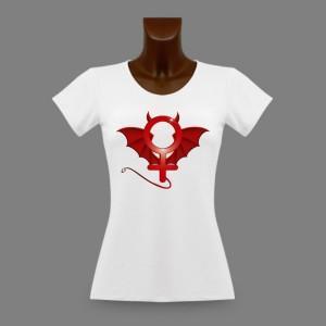 Le t-shirt moulant Devil Woman illustré du symbole démonisé de la féminité