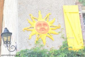 Photo sur-exposée d'un soleil sur une façade de maison