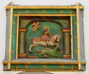 On retrouve les armoiries de Stein am Rhein, représentant St-George terrassant un dragon, aussi bien sur les façades de maisons...