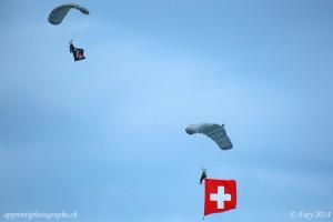 L'arrivée du drapeau suisse, accroché à un parachutiste, dans un silence quasi religieux