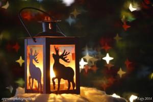 Une lanterne avec en fond un bokeh en forme d étoiles à 4 branches
