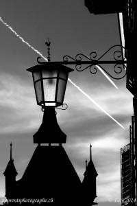 B&W Challenge : éclairage public d'Estavayer-le-Lac, avec le clocher de la collégiale St-Laurent en arrière-plan