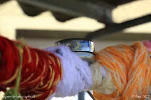 La sonnette - élément de sécurité du vélo - émerge à peine de la masse de laine recouvrant le guidon