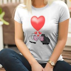 Moutons amoureux ❤ T-Shirt mode dame avec un couple mouton noir et mouton blanc amoureux et grand coeur rouge