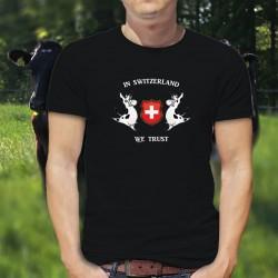 In Switzerland we Trust ✚ Nous croyons en la Suisse ✚ T-Shirt coton homme avec deux vaches Holstein entourant l'écusson Suisse