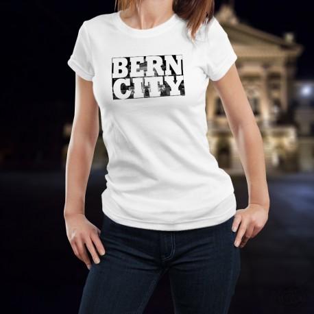 Donna moda T-shirt - BERN CITY White - Lettere bianche e Palazzo federale sul fondo per la capitale della Svizzera