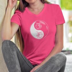 Donna cotone T-Shirt - Filosofia cinese Yin-Yang - la complementarietà di una testa bianca e nero di gatto e un tatuaggio tribal