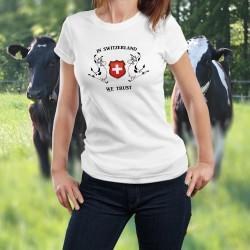 Damenmode T-shirt - In Switzerland we Trust (wir glauben an die Schweiz) und zwei Holsteinkühen rund um das Wappen der Schweiz