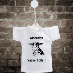 Attention, vache folle ! ✿ Mini T-Shirt pour voiture illustré d'une vache hallucinée, avec cintre et ventouse