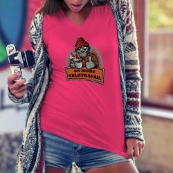 En mode télétravail ★ Gorille hipster ★ T-Shirt humoristique coton dame avec un Donkey Kong, en pause, tenant une tasse de café