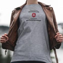 En Suisse on va au bistrot aussi vite que possible et on rentre à la maison aussi lentement que nécessaire ✚ T-Shirt dame
