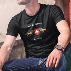 In Switzerland we Trust ✚ Nous croyons en la Suisse ✚ T-Shirt coton homme - Bouquetins des Alpes entourant l'écusson Suisse