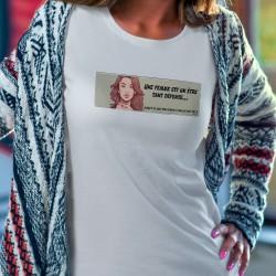 Une femme est un être sans défense... jusqu'à ce que son vernis à ongle soit sec ! ★ Pop Art ★ T-Shirt dame