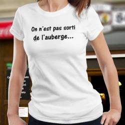 """On n'est pas sorti de l'auberge ✪ T-Shirt humoristique dame à traduire par """"les ennuis ne sont pas terminés"""""""