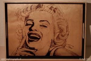 Portrait de Marilyn Monroe pyrogravé sur un plateau
