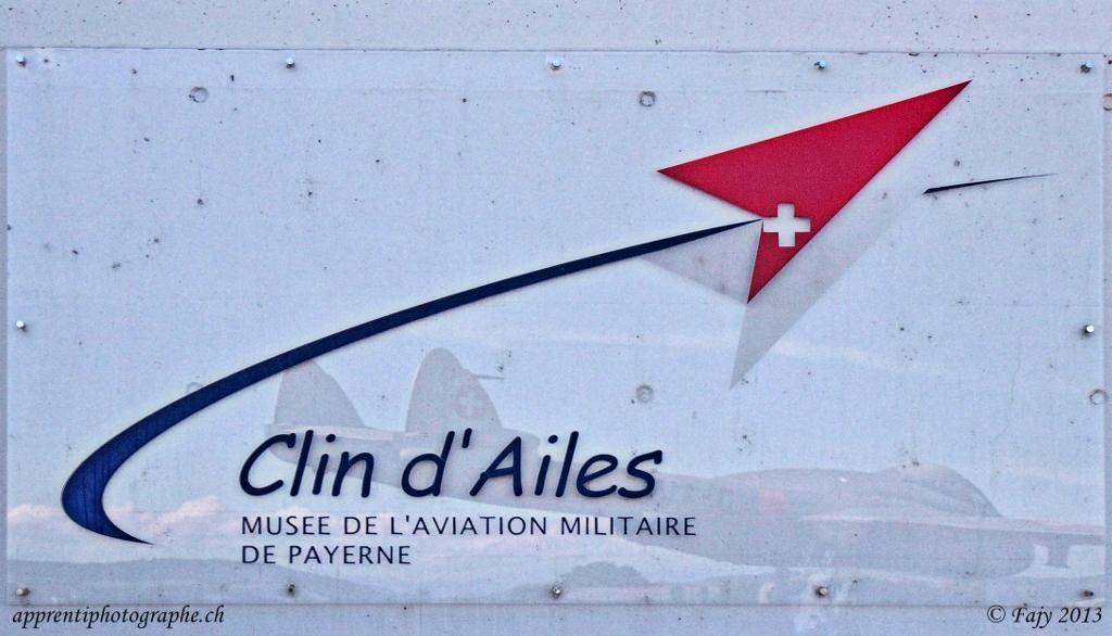 Le logo - Clin d'Ailes - sur la plaquette signalétique de l'entrée du musée