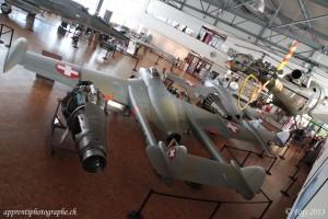 Un Venom DH-112 et un Vampire DH-100 dans le hall d'exposition du musée Clin d'Ailes