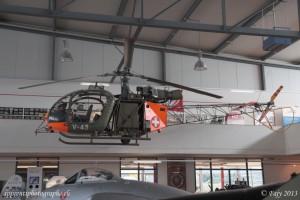 Une Alouette II suspendue au plafond du musée de l'aviation de Payerne