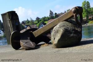 Une ancre appuyée sur un rocher, symbolisant le statut de port fluvial rhénan (l'ancre) et le nom (Stein ou le rocher) qu'avait la cité au Moyen-Age