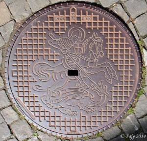 ... que sur les plaques refermant les accès aux canalisations de la ville