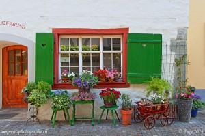 Une entrée de maison richement décorée