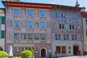 l'hôtel Adler, bâtiment historique dont la façade a été peinte par le célèbre illustrateur suisse, Alois Carigiet en 1956