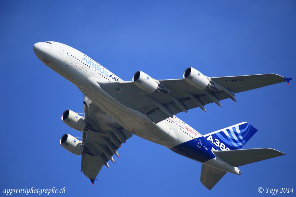 L'Airbus A380 en passage lent, lors de AIR14. presque un silence de cathédrale...