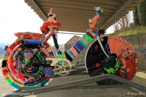 En plus de la laine une multitude d'accessoires ornent le vélo